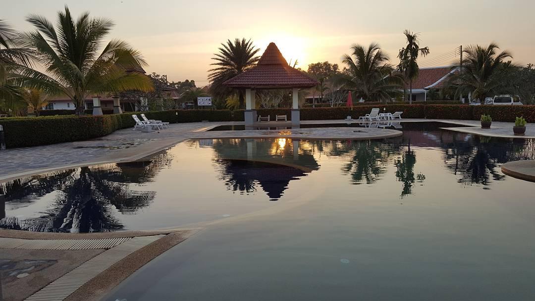 Solnedgång över poolen